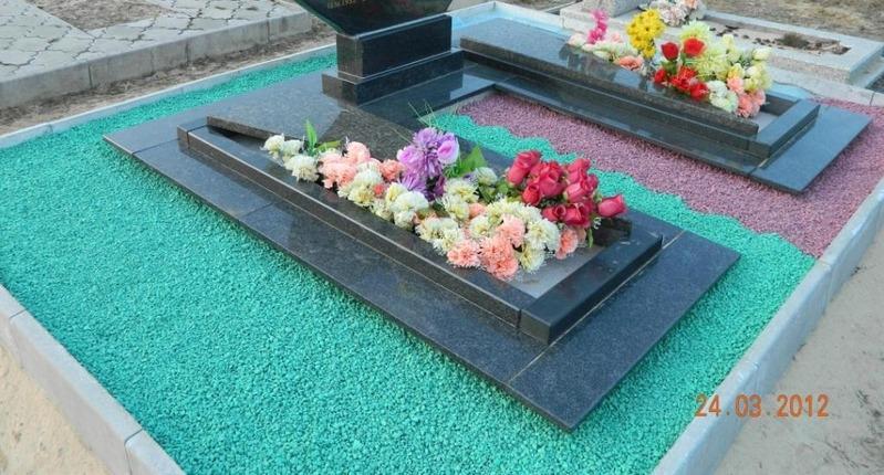 Укладка щебня на кладбище
